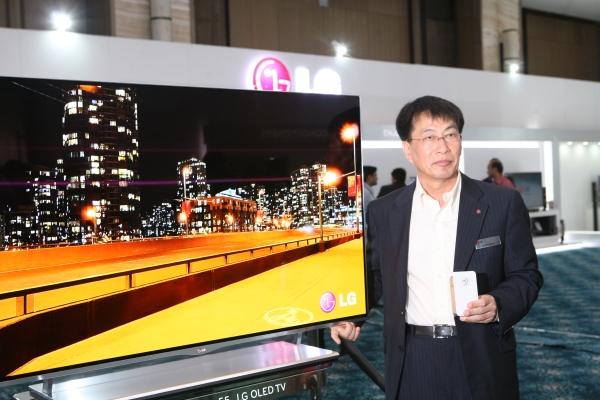 Mr. Soon Kwon, MD, LG India with LG OLED TV + pocket photo printer