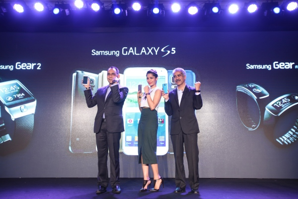 Mr. Vineet Taneja, Country Head, IT & Mobile, Samsung India; Mr. Manu Sharma, Director, Mobile, Samsung India and renowned actor Freida Pinto with the Samsung Galaxy S5 and Gear Wearable series in New Delhi.