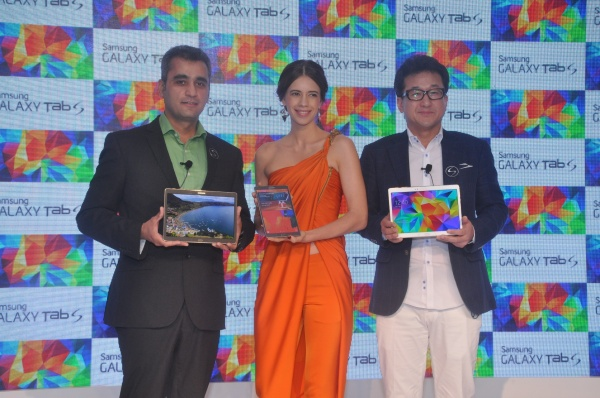 From Left to right: Mr. Asim Warsi, VP, Mobile & IT, Samsung India; Bollywood actor Kalki Koechlin and Mr. SK Kim, Managing Director – Sales, Samsung India Electronics at the Galaxy Tab S launch in New Delhi.
